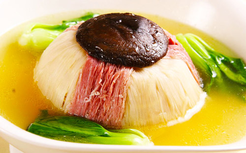 """""""老八样""""是指本帮扣肉、咸肉扣水笋、扣鸡、本帮蒸三鲜、红烧鳊鱼"""