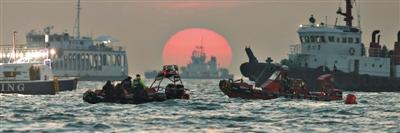 24日,韩国搜救船只继续搜寻失踪人员,搜救工作当天进入第九天。
