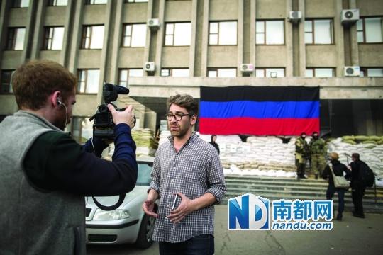 供职于美国韦斯新闻网站的记者西蒙・奥斯特罗夫斯基(中)一直跟踪报道乌克兰局势。 资料照片