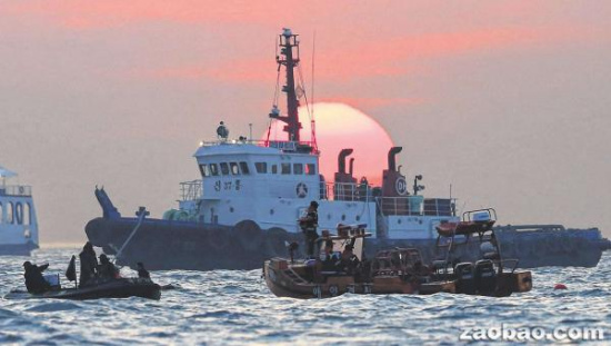 韩国搜救小组24小时轮流潜水进行搜救,昨天黄昏时分仍在沉船海域工作。