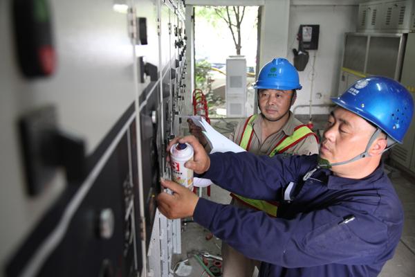 """供电分公司""""黎明电力服务队""""冒雨维修配电线路,保障居民家中不停电."""