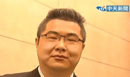 台男子模仿连胜文超像。图自台湾中天新闻网