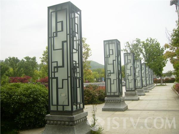 广场景观灯柱玻璃被砸 里面电线裸露威胁市民安全(组图)图片