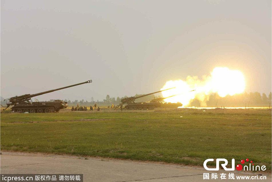 当地时间2014年4月26日,据朝鲜《劳动新闻》报道,朝鲜领导人金正恩观看第681部队炮击训练。