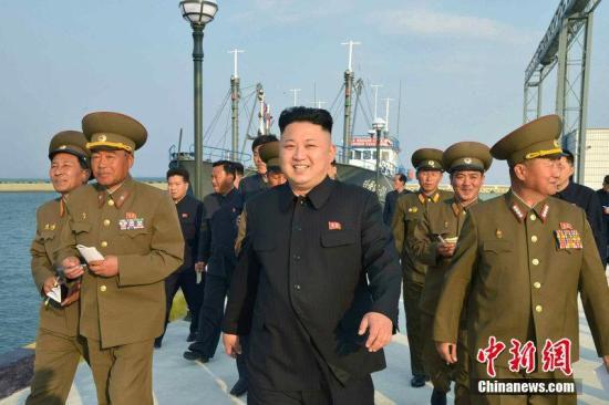 资料图:当地时间2014年4月22日,朝鲜《劳动新闻》报道,朝鲜最高领导人金正恩观摩朝鲜空军第188部队飞行训练,并指导。图片来源:CFP视觉中国