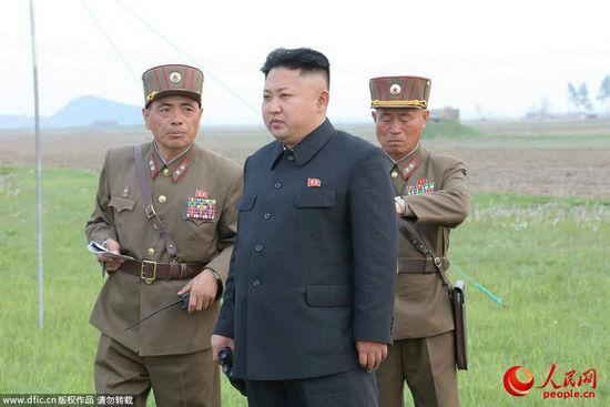 原文配图:当地时间4月26日,朝鲜领导人金正恩观看第681部队炮击训练。