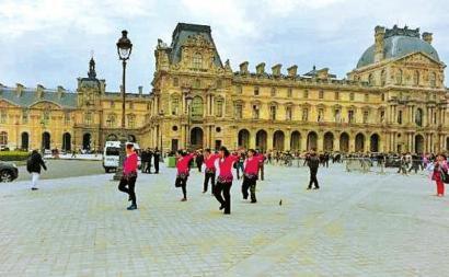 网传中国大妈在卢浮宫前跳广场舞的图片。