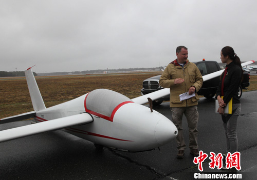 4月26日,北美飞行学院爱飞俱乐部在纽约长岛举行飞行体验日活动,吸引了大批华人航空爱好者的参加。中新社发 阮煜琳 摄