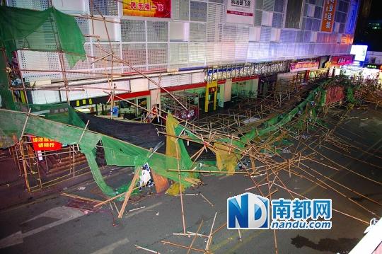 昨日,坪山民乐福购物广场脚手架坍塌。南都记者 陈文才 摄