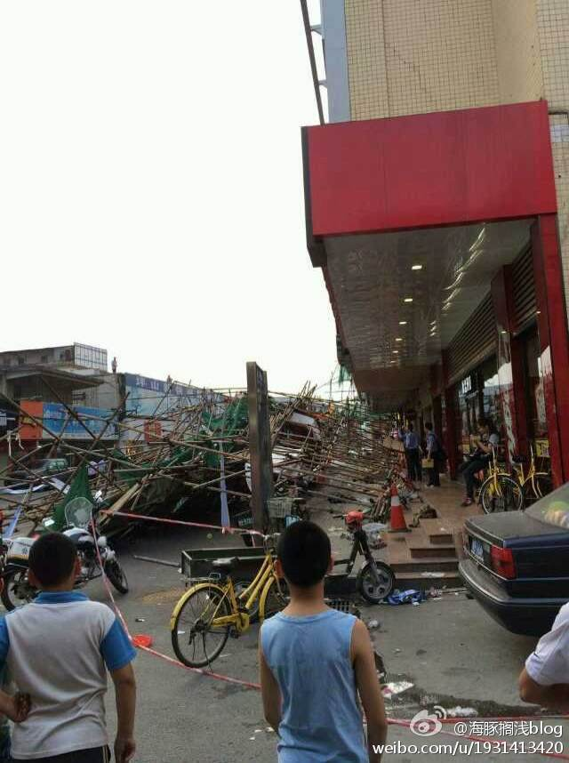 4层楼高的脚手架突然倒塌,多人被砸。