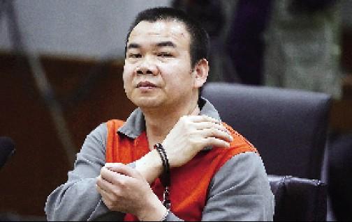 在法庭上,李某还原杀人时的动作。