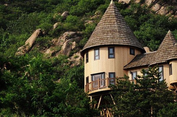 云峰山童�y�$ylb_京郊休闲        树屋建在云峰山景区薰衣草园旁边的一小片森林里
