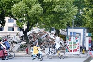昨天,中山西路、文化路口的公厕已是一片废墟