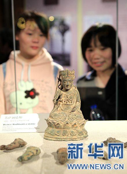 许昌 河南/4月28日,参观者在河南许昌塔文化博物馆观看征集文物—许昌...