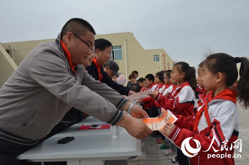 内蒙古二连浩特边检站军训书法小学开展走进活驻地小学唐诗图片