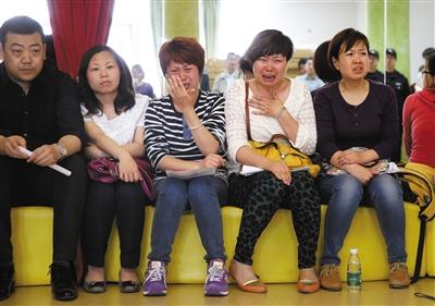 昨日,在状况说明会上,几名家长因孩子被打而痛哭。