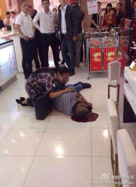 常熟一男子商场内坠亡 女子抱着尸体表情痛苦