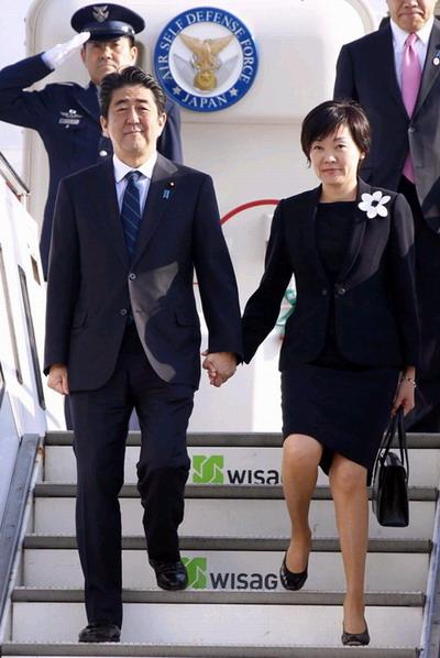 合作/日本首相安倍晋三携夫人抵达德国(网页截图)