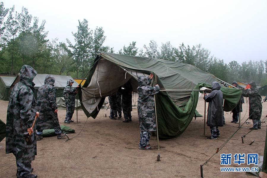 4月25日,空军指挥学院野外综合训练营正在雨中全装急行军。栗世民
