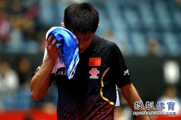 图文:中国男团3-0奥地利 张继科擦拭汗水