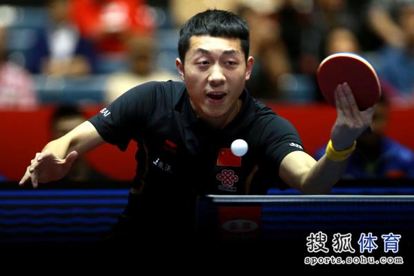 图文:中国男团3-0奥地利 许昕十分专注