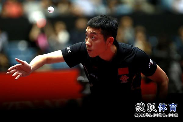 图文:中国男团3-0奥地利 许昕发球瞬间特写