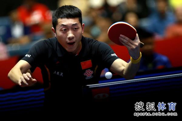 图文:中国男团3-0奥地利 许昕直拍反手回球