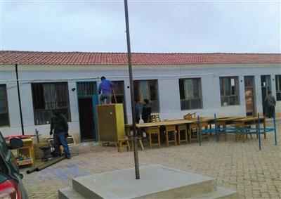 漫水塘教学点在案发后进行装修。蓝铁门为黄振兴办公室,右侧相隔为教室。家长供图