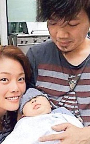 容祖儿探望音乐监制冯翰铭的宝宝,表现开心。