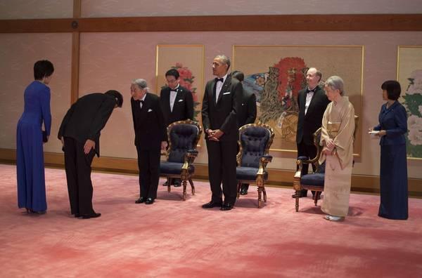 当地时间2014年4月24日,日本东京,日本明仁天皇和美智子皇后在皇宫宴请奥巴马。