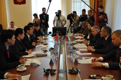 李大使表示,中俄全面战略协作伙伴关系正处于历史最好时期,各领域务实合作深入发展,两国旅游、留学、劳务等人员往来也日益频繁。中方愿与俄方一道,共同为两国公民的便利往来创造良好条件。