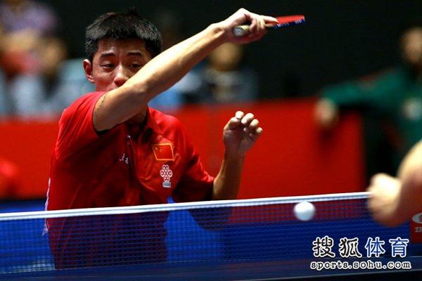 图文:[世乒赛]中国男团晋级四强 张继科挥拍