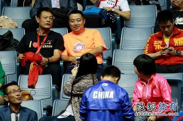 图文:世乒赛中国3-0朝鲜 刘国梁在看台上