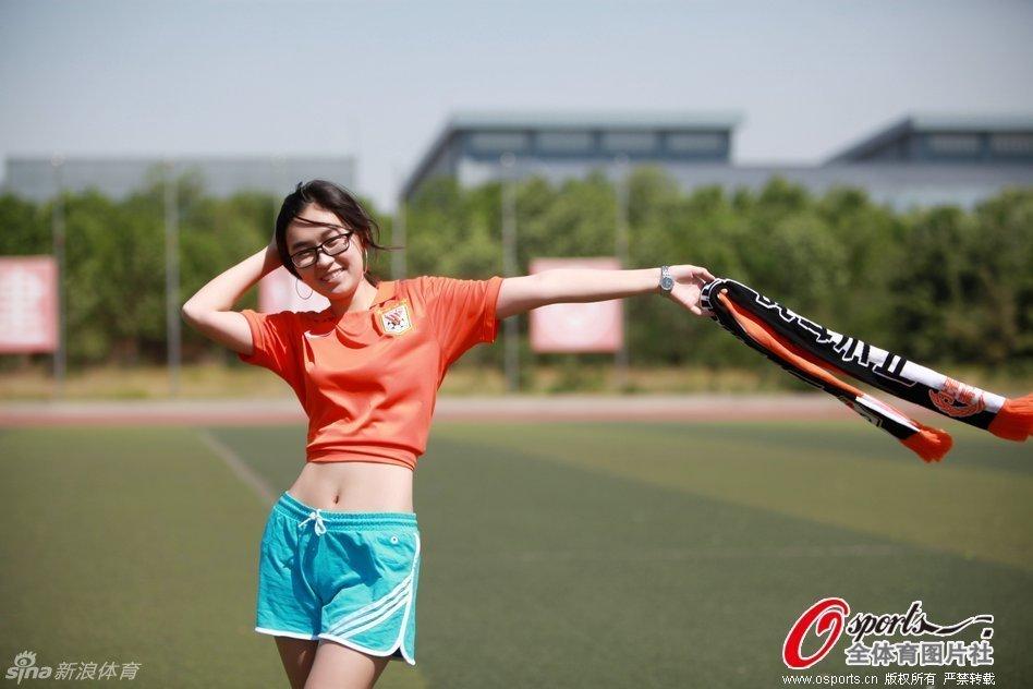 组图:校园萌妹拍写真力挺鲁能 生命不息战斗不止