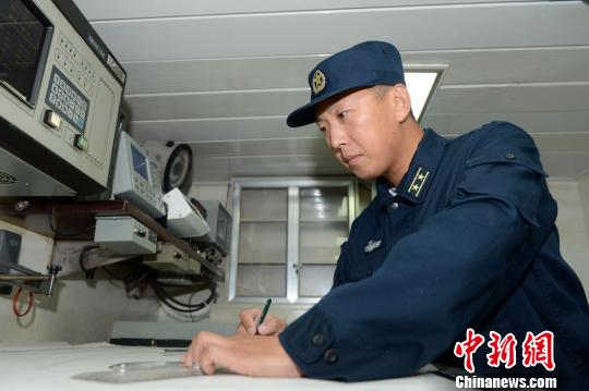 原文配图:海军第十四批护航编队绵阳舰舰长张玉的梦想就是让战舰如虎添翼。