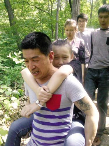 鞍山少女上山脚扭伤 外地游客伸援手图 搜狐滚动 竖