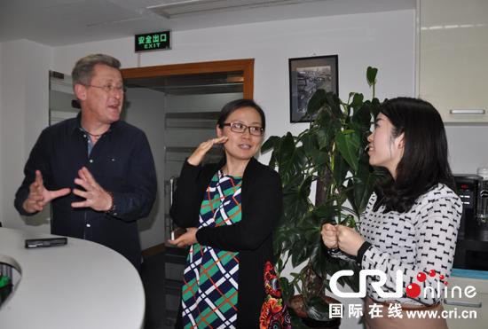 1421的商务咨询公司老板Peter先生与国际在线记者在现场交流 摄影:郑青莹