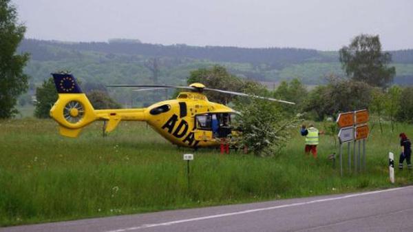 救援人员准备将小男孩抱上直升机