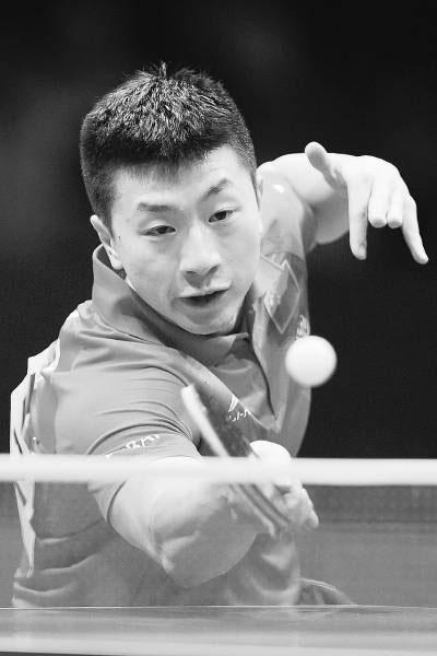 5月4日,在世乒赛男团半决赛中,中国队以3∶0击败中华台北队晋级决赛。图为中国球员马龙在比赛中。