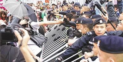 警方在多次劝喻无效后,决定向游行人士施放胡椒喷雾。 图片来源《文汇报》