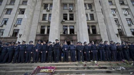 大批警察3日在起火烧死40多名亲俄力量成员的大楼前警戒。