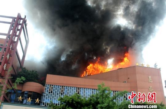 火灾导致酒店顶层房屋被烧毁。资料图片 钟欣 摄