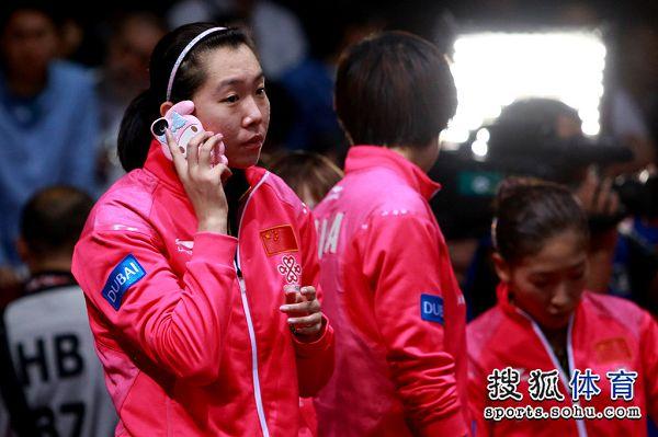 图文:[世乒赛]女团3-0日本 李晓霞打电话