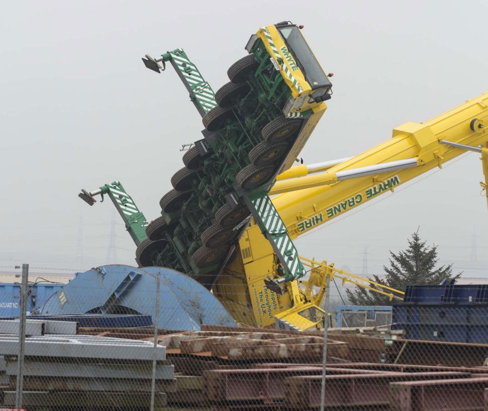巨大吊车在苏格兰港口翻倒 高191米重达825吨