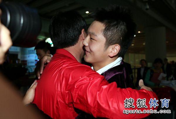图文:国乒载誉归来 樊振东与吴敬平