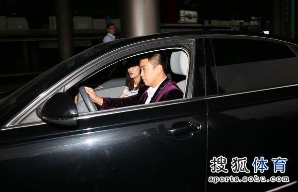 图文:国乒载誉归来 王皓与妻子驾车离开