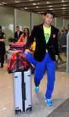 图文:中国乒乓球队载誉回国 张继科混搭风