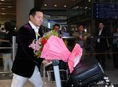 图文:中国乒乓球队载誉回国 孔令辉收获鲜花