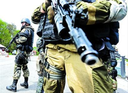 5月5日,斯拉维扬斯克,乌克兰士兵据守一处检查站。