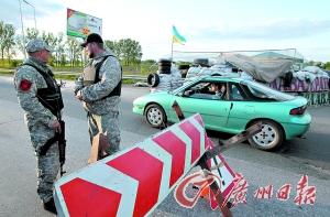 6日,乌克兰士兵在一个哨卡巡逻。